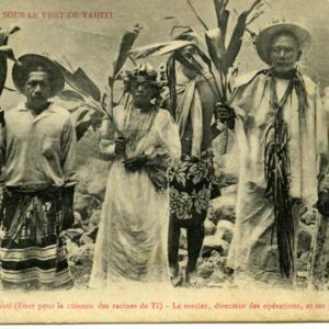 Iles Sous le Vent de Tahiti<br /> Huahine. – Un Umuti (Four pour la cuisson des racines de Ti) - Le sorcier, directeur des opérations, et ses principaux satellites<br />